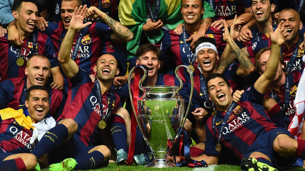 BERLIN, GERMANY - JUNE 06:  Barcelona players including Javier Mascherano, Lionel Messi, Neymar and Luis Suarez celebrate victory with the trophy after the UEFA Champions League Final between Juventus and FC Barcelona at Olympiastadion on June 6, 2015 in Berlin, Germany.  (Photo by Laurence Griffiths/Getty Images)